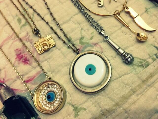 colar de olho grego, colar de máquina fotográfica, colar de coroa